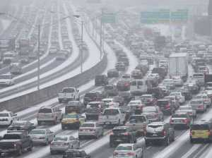 light-snow-shuts-down-small-airports-and-causes-hundreds-of-crashes-in-atlanta